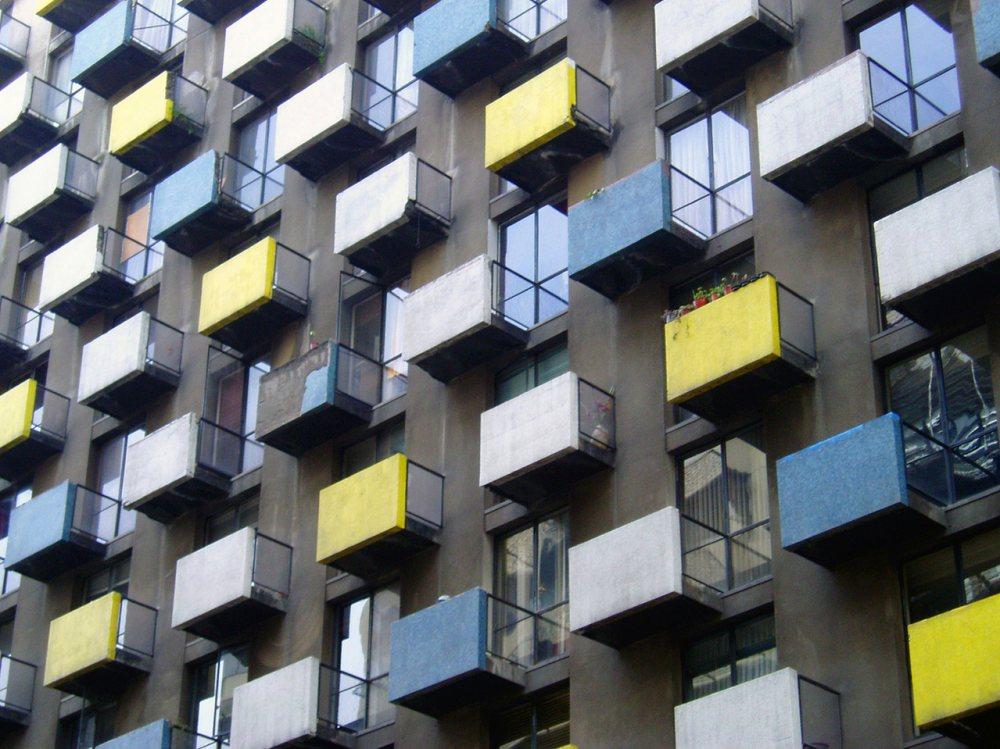 Imagen en la que aparece las ventanas de un edificio de pisos