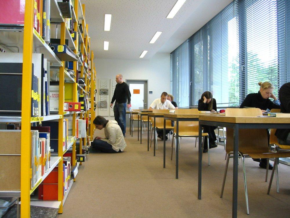 Imagen de una biblioteca universitaria