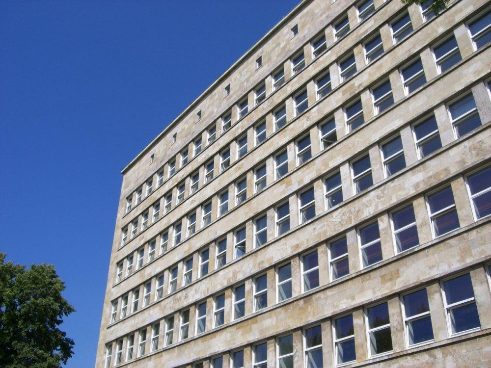 Imagen de un edificio con muchas ventanas