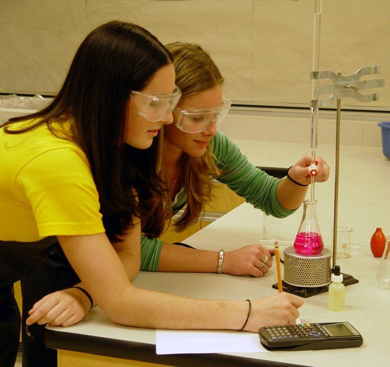 Imagen en la que aparecen dos chicas en un laboratorio