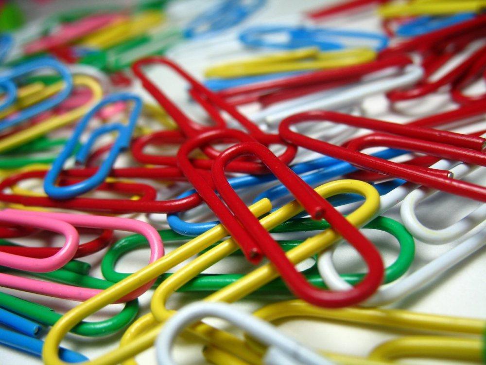 Imagen con clips de colores